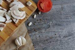 Grijze houten lijst met groenten, uien, paddestoelen, peper, a Stock Foto's