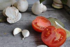 Grijze houten lijst met groenten, uien, paddestoelen, peper, a Royalty-vrije Stock Foto
