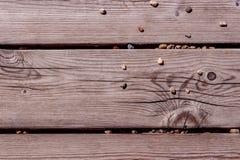 Grijze houten raad met kiezelstenen Royalty-vrije Stock Afbeeldingen