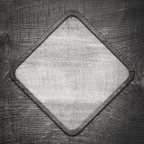 Grijze houten ruit met kader op donkere muur Stock Foto's