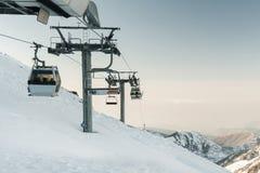 Grijze kabelwagenlift bij skitoevlucht Stock Foto