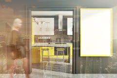 Grijze keuken, gele tellers, affiche, gestemde deur Stock Foto's
