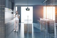 Grijze keuken met grijze bar, vrouw Royalty-vrije Stock Afbeeldingen