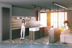 Grijze keukenhoek, grote vensters, vrouw Stock Afbeeldingen