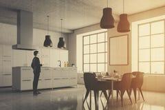 Grijze keukenhoek, vierkante vensters, lijst, mens Royalty-vrije Stock Foto