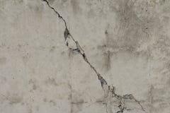 Grijze kleuren concrete achtergrond met barst in centrum royalty-vrije stock afbeelding