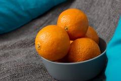 Grijze kom met mandarijnen royalty-vrije stock afbeelding