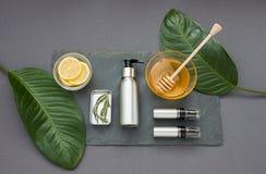 Grijze kosmetische samenstelling met honing en citroen Hoogste mening royalty-vrije stock afbeeldingen