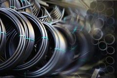 Grijze loodgieterswerkpijpen, de industrie, vervaardiging van pijpen Stock Fotografie