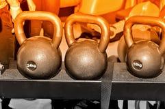 Grijze metaalgewichten met een inschrijving van 24 en 16 kg Royalty-vrije Stock Afbeeldingen