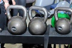 Grijze metaalgewichten op een metaalrek Royalty-vrije Stock Foto