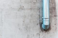 Grijze muur met glanzende pijp Stock Afbeeldingen
