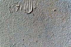 Grijze muur van het pealing van verf met een groot dalend stuk van verf c Royalty-vrije Stock Foto