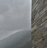 Grijze muur voor de bergen Stock Foto