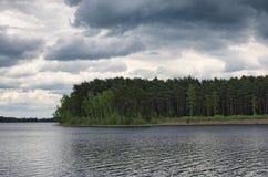 Grijze onweerswolken over het bos en het meer Pisochneozero Volyngebied ukraine Stock Afbeelding