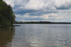 Grijze onweerswolken over het bos en het meer Pisochneozero Volyngebied ukraine Stock Fotografie
