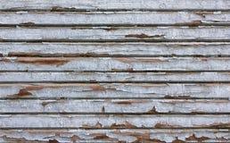 Grijze oude omheiningsmuur van houten planken met witte schilverf Horizontale lijnen Ruwe Oppervlaktetextuur stock afbeelding