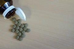 Grijze pil met fles Stock Foto's