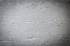 Grijze pleistermuur met barstenachtergrond Stock Fotografie