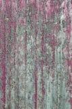 Grijze raad met oude violette verf Stock Afbeeldingen