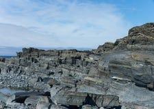 Grijze rotsen op de kust Royalty-vrije Stock Foto