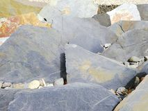 Grijze rotsen in tuin royalty-vrije stock afbeelding