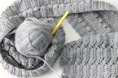 Grijze sjaal met draad en haak Royalty-vrije Stock Fotografie