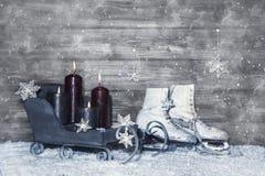 Grijze sjofele elegante Kerstmisachtergrond van hout met vier die branden Royalty-vrije Stock Afbeeldingen