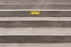 Grijze stappen met Beware teken Stock Foto