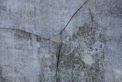 Grijze steentextuur van een concrete muur met een gat en barsten royalty-vrije stock afbeeldingen