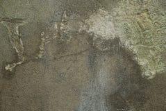 Grijze steentextuur van een vuile concrete muur met een barst royalty-vrije stock afbeelding