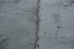 Grijze steentextuur van een vuile concrete muur met een barst stock afbeelding