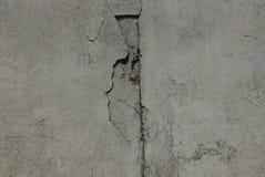 Grijze steentextuur van een vuile concrete muur met een barst stock afbeeldingen
