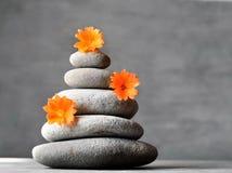 Grijze stenenstapel met bloem, kuuroordconcept Stock Fotografie