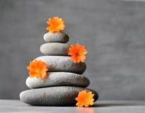 Grijze stenenstapel met bloem, kuuroordconcept Royalty-vrije Stock Afbeeldingen