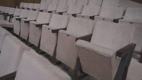 Grijze stoelen in een lege bioskoopzaal Lege stoelen De mislukking van de film op het bespreekbureau stock videobeelden