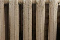 Grijze textuur van de oude secties van de gietijzerbatterij royalty-vrije stock foto