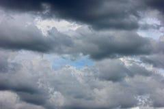 Grijze wolken in een blauwe hemel Stock Foto