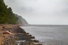 Grijze wolken over de kust van het Oostzeezand royalty-vrije stock afbeelding