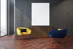 Grijze woonkamer, gele en blauwe leunstoelen Royalty-vrije Stock Afbeelding