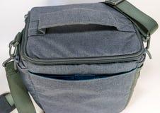 Grijze zak met riem voor camera Stock Foto's