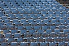 Grijze zetels in een stadion Stock Foto's