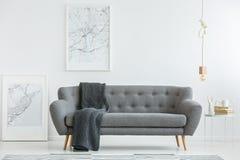 Grijze zitkamer met deken stock afbeelding