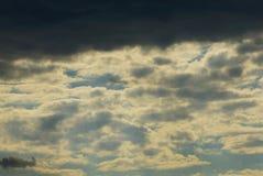Grijze zwarte wolken in de donkere hemel Royalty-vrije Stock Afbeeldingen