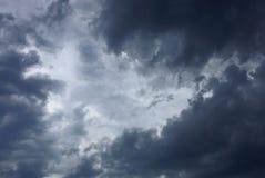 Grijze zwarte wolken in de donkere hemel Royalty-vrije Stock Fotografie