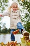 Gril获得乐趣在秋天 免版税库存图片