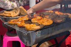 Gril épicé thaïlandais du nord de Sai Aua de saucisse sur des grilles sur le marché de nourriture de rue Foyer sélectif image stock