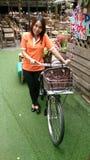 gril χαριτωμένο πορτοκαλί πάτωμα bycicle πράσινο Στοκ Φωτογραφίες