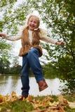 Gril имея потеху и танцуя на листьях Стоковое Фото