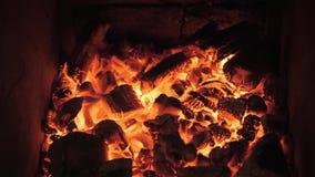 Gril argentin de flammes et de braises rouges Préparation du feu et de gril pour le barbecue au restaurant Grill, boeuf de Kobe clips vidéos